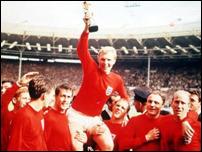 Игроки национальной сборной Англии образца 1966 года получили свои медали