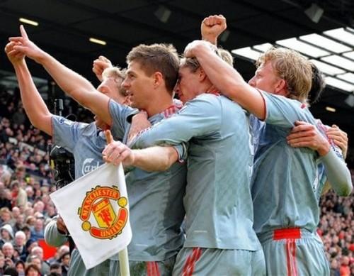 Ливерпуль празднует победу на Олд Траффорд